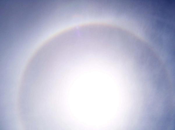 Figura 2: Imagen donde se pueden apreciar tanto un halo como una iridiscencia de manera conjunta. Fuente: https://ca.wikipedia.org/wiki/Cirrostrat